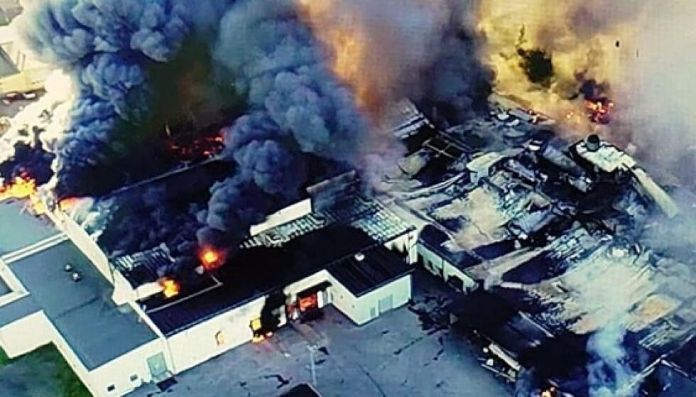 NEDBRENT: Fabrikken i Sverige har fått enorme skader i brannen. Foto: Räddningstjänsten Piteå