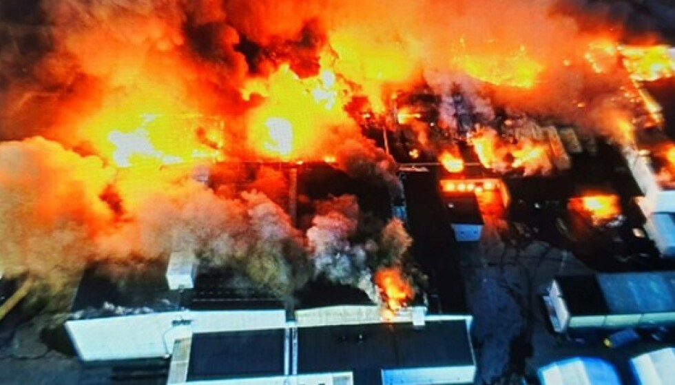 FLAMMEHAV: Brannen spredte seg raskt i fabrikkbygningene. Foto: Räddningstjänsten Piteå