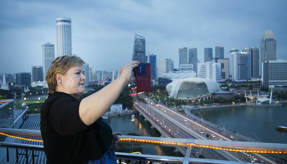 STRYK: Statsminister Erna Solberg (H) promoterer norsk næringsliv i utlandet, her fra en reise til Singapore i 2016. Men arbeidet er dårlig koordinert med mange aktører og lav politisk prioritert, heter det i en fersk rapport om norsk eksportinnsats. Arkivfoto: Heiko Junge, NTB scanpix