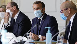 IKKE FORNØYD: Yves Le Drian, her til høyre i bildet sammen med Frankrikes president Emmanuel Macron, gir britene skylden for at samtalene med EU ikke kommer videre. Arkivfoto: Kamil Zihnioglu / AP / NTB scanpix