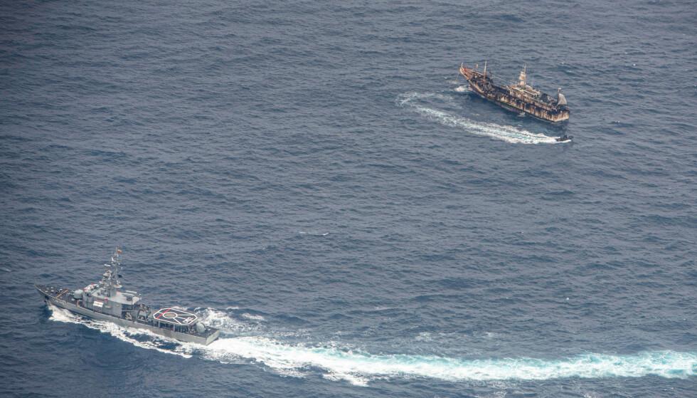 TAR KONTROLL: Ecuadorianske marinefartøyer omgir en fiskebåt i starten av august etter å ha oppdaget en fiskeflåte med for det meste kinesisk flaggede skip i en internasjonal korridor som grenser til Galapagosøyene. Foto: Reuters / NTB Scanpix.