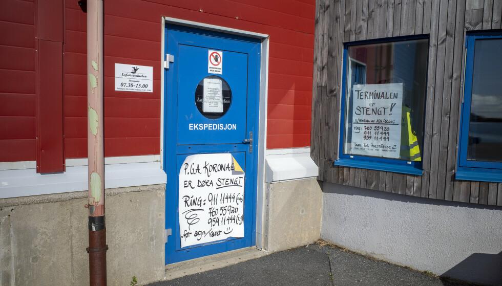 STENGT OG LÅST: Havna i Leknes pleier å være den travleste i Lofoten om sommeren. Nå har det vært musestille og stengt i lange tider. Foto: Lars Eivind Bones / Dagbladet.