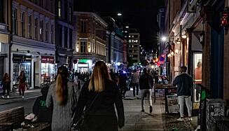 SKJENKESTOPP 24.00: Torggata i Oslo siste helg - folk i gatene istedenfor på pub klokka 01.20. Foto: Nina Hansen / Dagbladet.