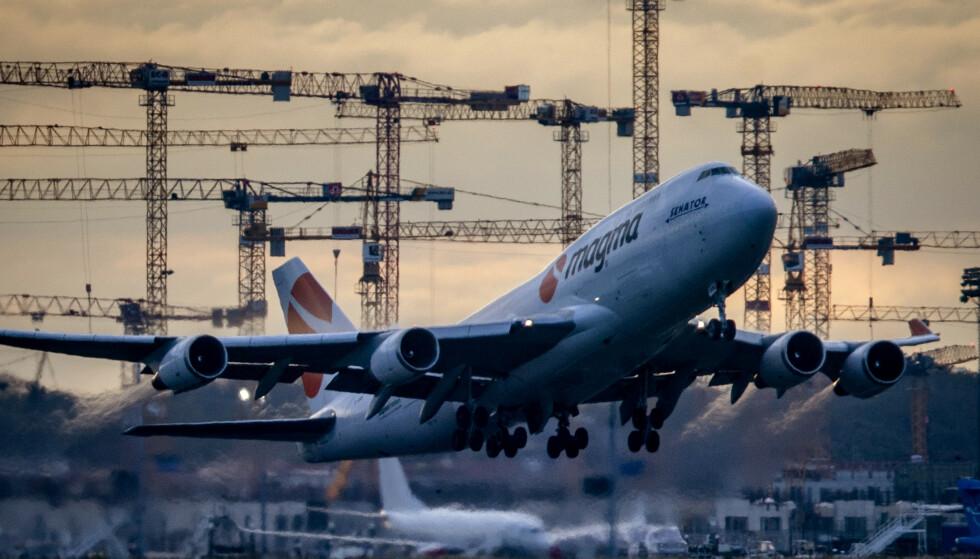 <strong>ENORMT BEHOV:</strong> Det vil være behov for 8 000 fly tilsvarende størrelsen på et Boeing 747-passasjerfly for å frakte coronavaksine til alle verdens hjørner, varsler IATA. Foto: Michael Probst / AP / NTB Scanpix