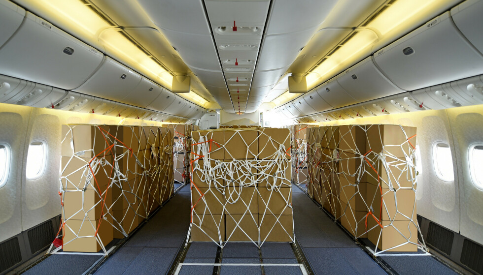 <strong>OMGJORT:</strong> Et fly av typen Boeing 747 fra Emirates avbildet etter at det har blitt omgjort til å frakte last istedenfor passasjerer. Foto: Emirates Airlines / Reuters / NTB scanpix