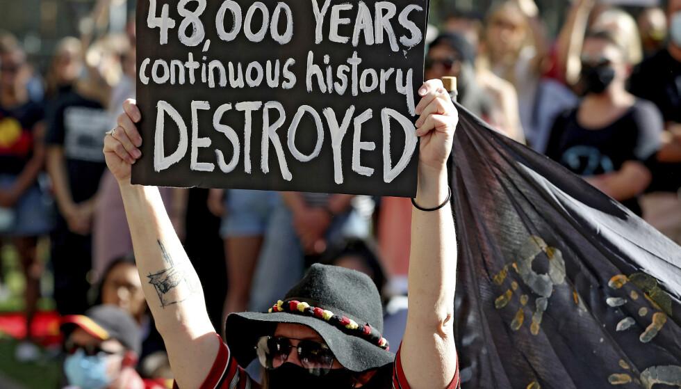 STERKE REAKSJONER: Ødeleggelsen av det 48 000 år gamle kulturarvstedet til australske urfolk vekket sterke reaksjoner i Australia. 9. juni hadde flere samlet seg for å vise motstand mot gruveselskapet Rio Tinto. Foto: Richard Wainwright / AAP Image via AP / NTB scanpix