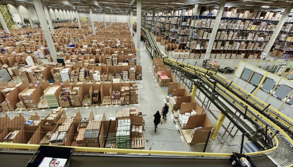 <strong>2018:</strong> Bilde fra et gigantisk Amazon-lager i Tyskland. Foto: AP/Martin Meissner