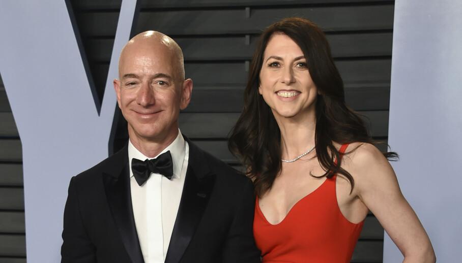 <strong>2018:</strong> Jeff Bezos og hans daværende kone MacKenzie avbildet på Vanity Fairs Oscar-fest i 2018. Deres skilsmisse omtales som historiens dyreste og gjorde MacKenzie til en av verdens rikeste. Foto: Evan Agostini/Invision/AP