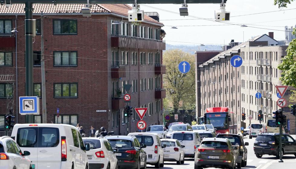 <strong>VIL FJERNE FRITAK:</strong> Dagens fritak og reduserte takster for elbiler i bompengeprosjekt bør avvikles, mener ekspertutvalget som har vurdert det norske bompengesystemet.   Her er en av bommene i Fagerheimgata i Oslo. Foto: Fredrik Hagen / NTB scanpix