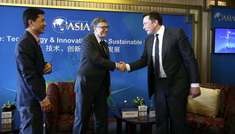 2015: Bill Gates (i midten) og Elon Musk (til høyre) tar hverandre i hånden under en kon teknologi-konferanse i Kina. Til venstre står den kinesiske programvareutvikleren og forretningsmannen Robin Li Yanhong. Foto: Imagine China/REX