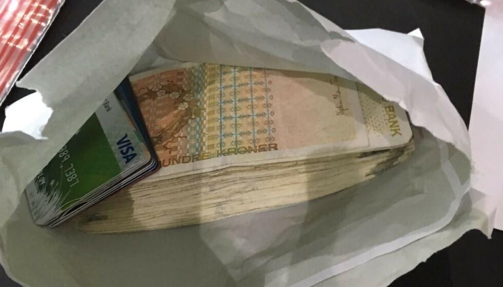 <strong>BESLAG:</strong> Hjemme hos 39-åringen fant politiet 36.000 kroner i kontanter sammen med en rekke bankkort. Foto: Politiet