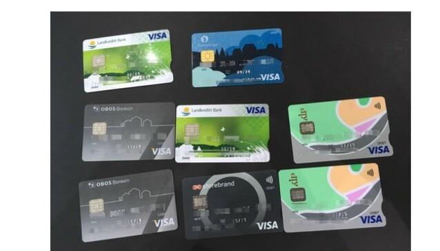 <strong>BESLAG:</strong> Politiet fant blant annet åtte bankkort i en annen persons navn da de ransaket flyttebaronens bolig. Store uttak var utført fra kortene. Foto: Politiet