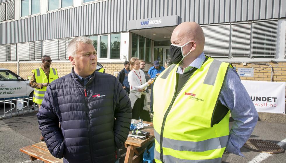 <strong>- PERVERST:</strong> Forbundsleder Jørn Eggum møtte i går streikende bussarbeidere og tillitsvalgte Annstein Garnes. Foto: Terje Pedersen / NTB