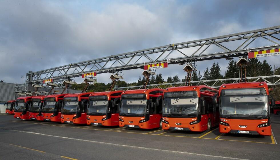 <strong>IKKE ENIGHET:</strong> - Vi har tilbudt bussjåførene samme lønnsøkning som andre har fått i dette oppgjøret, som industriarbeidere og kommuneansatte. Men de aksepterte ikke det, sier Jon Stordrange i NHO Transport. Her står busser parkert på Ulven i Oslo. Foto: Terje Pedersen / NTB