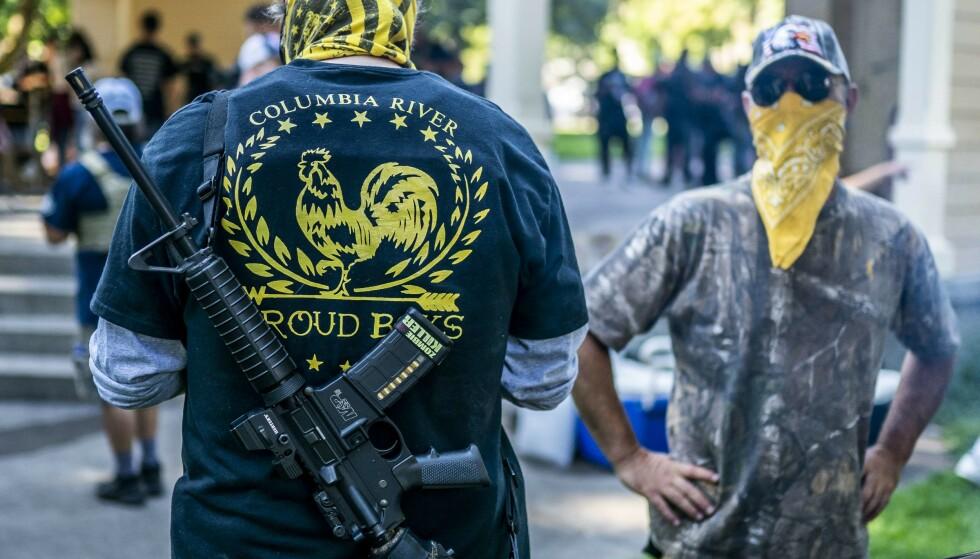 <strong>BÆRER VÅPEN:</strong> Proud Boys-medlemmer er kjent for å bevæpne seg i forbindelse med demonstrasjoner. Her fra en minnessermoni i Washington tidligere denne måneden. Foto: Nathan Howard / Getty Images / AFP / NTB