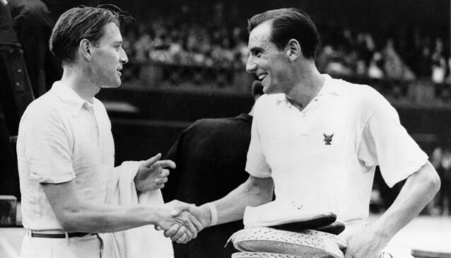 <strong>TENNIS-LEGENDE:</strong> Frederick John Perry (til høyre) var i sin tid rangert som verdens beste mannlige tennisspiller. Han vant Wimbledon-turneringen tre år på rad i perioden 1934-36. Her gratuleres han av tyske Baron Gottfried von Cramm etter en seier i 1936. Foto: AP / NTB