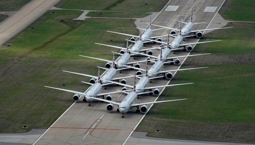 <strong>ENORME KUTT:</strong> Luftfartsbransjen er sterkt preget av koronapandemien. United Airlines og American Airlines varslet onsdag permittering av til sammen 32 000 ansatte. Foto: Nick Oxford / / Reuters / NTB