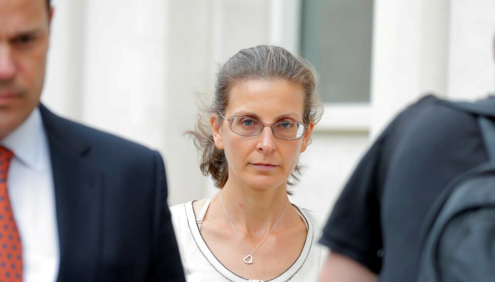<strong>ARVING:</strong> Seagram-arvingen Clare Bronfman avbildet på vei ut fra en høring i retten i Brookyn, New York i 2018. Seagram var et av de største alkoholselskapene i verden før det ble splittet i 2002. Foto: Brendan McDermid/Reuters / NTB