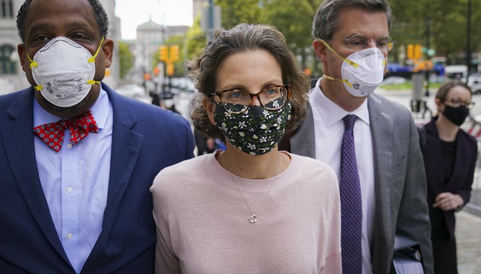 DØMT: Clare Bronfman ankommer den føderale retten i Brooklyn, New York, onsdag 30. september 2020. Foto: John Minchillo/AP / NTB
