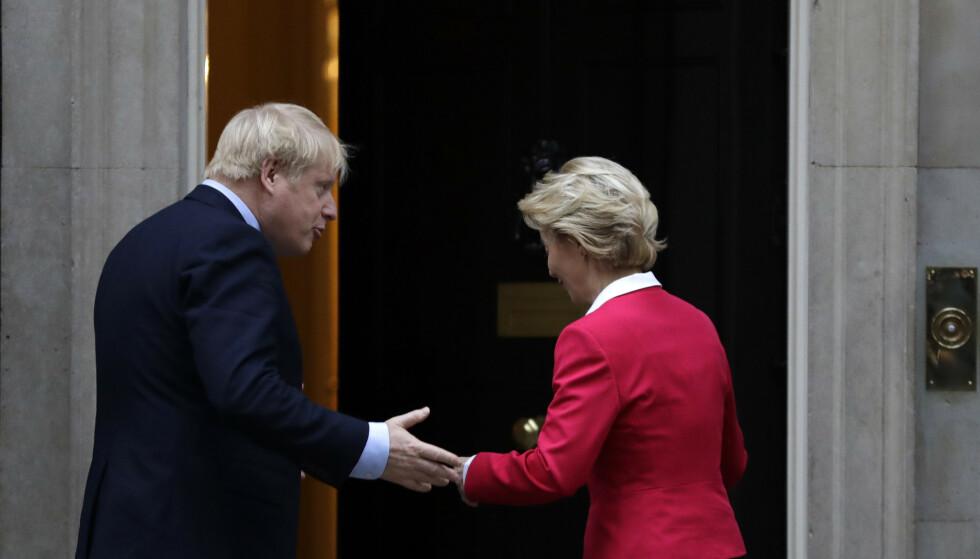 <strong>TAR GREP:</strong> EU-kommisjonens leder Ursula von der Leyen (til høyre) bekrefter at EU tar rettslige skritt mot Storbritannia. Her er hun avbildet sammen med britenes statsminister Boris Johnson. Foto: Kirsty Wigglesworth / AP / NTB