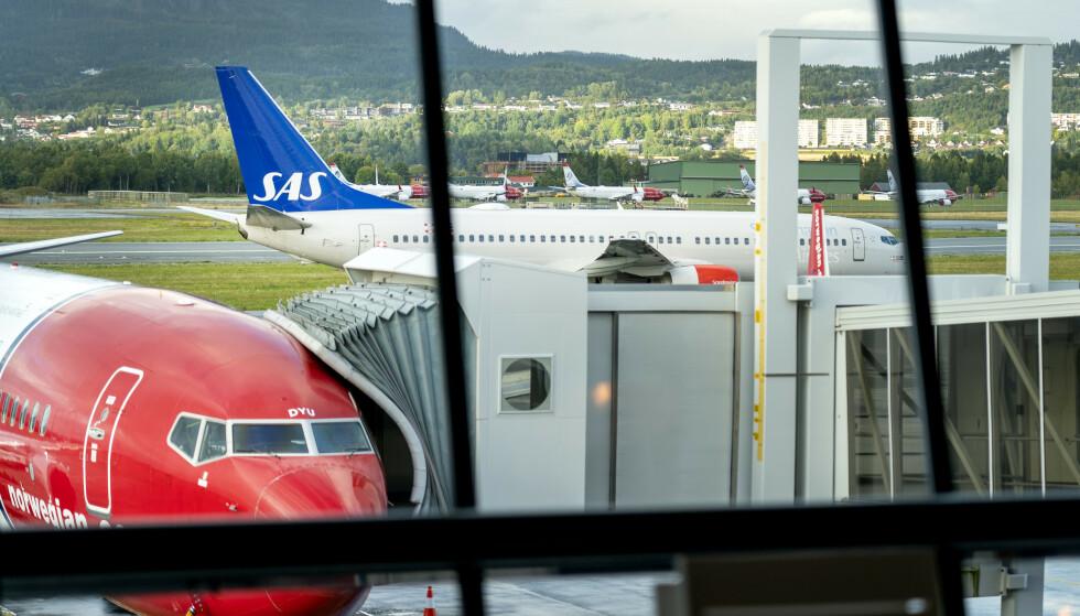 KNIVEN PÅ STRUPEN: Luftfartstilsynet har gitt SAS, Norwegian og Widerøe frist til å betale tilbake refusjonene. Det er imidlertid forskjeller i hvor langt de ulike selskapene har kommet i å tilbakebetale refusjoner. Foto: Gorm Kallestad / NTB