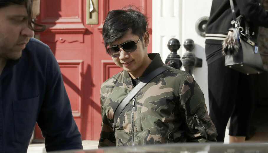 ETTERLYST: Vorayuth «Boss» Yoovidhya er internasjonalt etterlyst for blant annet uaktsomt drap. Her på vei ut av huset sitt i London i 2017. Foto: Matt Dunham / AP / NTB