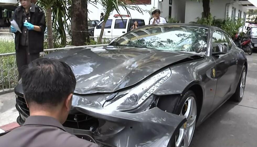 UNDERSØKER: Dette bildet viser politiet som undersøker det som skal være Yoovidhyas Ferrari etter ulykken. Foto: Thai PBS / AFP / NTB