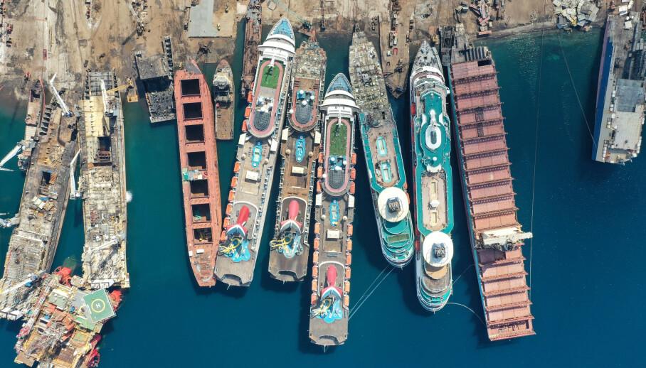 SKIPSKIRKEGÅRD: Hele fem cruiseskip lå i begynnelsen av måneden i side ved side i den tyrkiske havnen. En etter en skal de bli ribbet og hugget opp. Foto: REUTERS / Umit Bektas / NTB scanpix