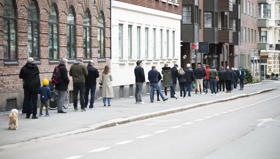 CORONAKØ: Da pandemien inntraff, var det nær full stans på reising, restaurantbesøk og kulturelle opplevelser. Det har slått kraftig ut på detaljhandelen. Foto: Berit Roald / NTB