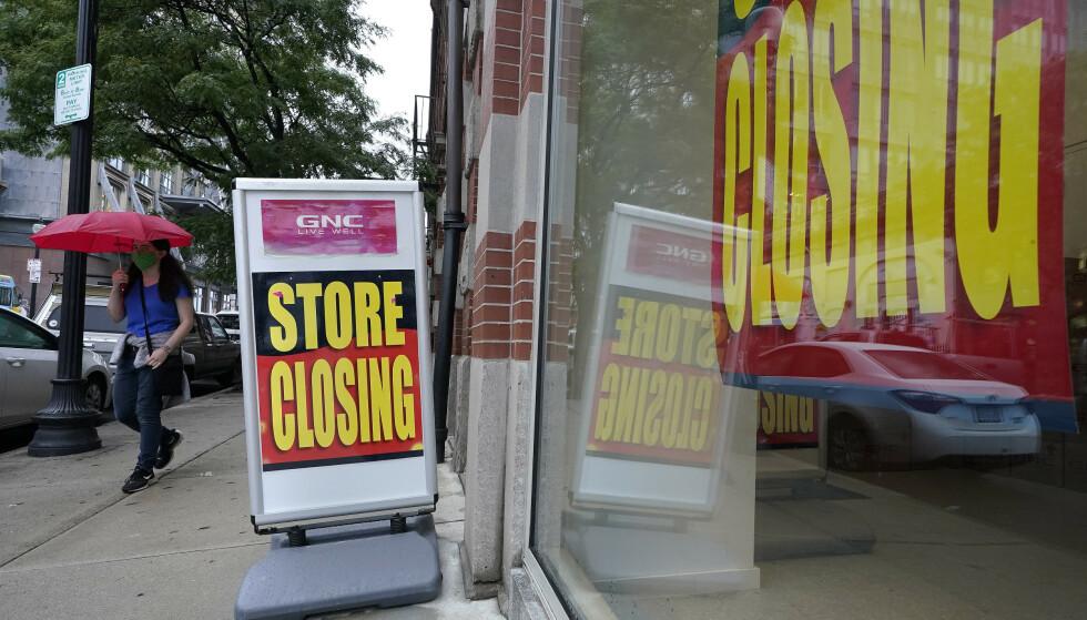 LAGT NED: Ikke all butikker overlever coronakrisen. Denne butikken i Boston i USA måtte stenge dørene. I kjølvannet av coronakrisen ber næringslivsledere om kraftfulle reformer for å sikre økonomisk vekst. Foto: AP Photo / Steven Senne / NTB scanpix