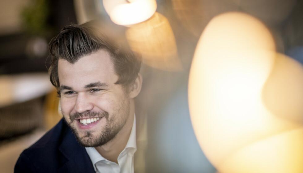 BØRSNOTERT: Den verdenskjente norske sjakkstjerna Magnus Carlsen har gitt navn til Play Magnus Group. Torsdag ble selskapet notert på Oslo Børs. Foto: Heiko Junge / NTB
