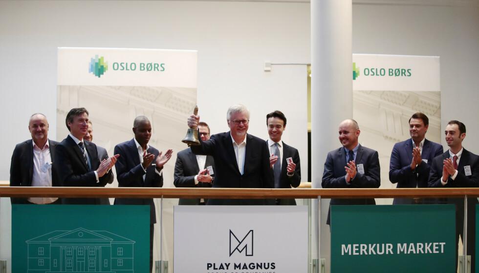 <strong>PÅ BØRS:</strong> Bjelleseremoni på Oslo Børs. Play Magnus Group noteres på Merkur Market på Oslo Børs. Foto: Jil Yngland / NTB