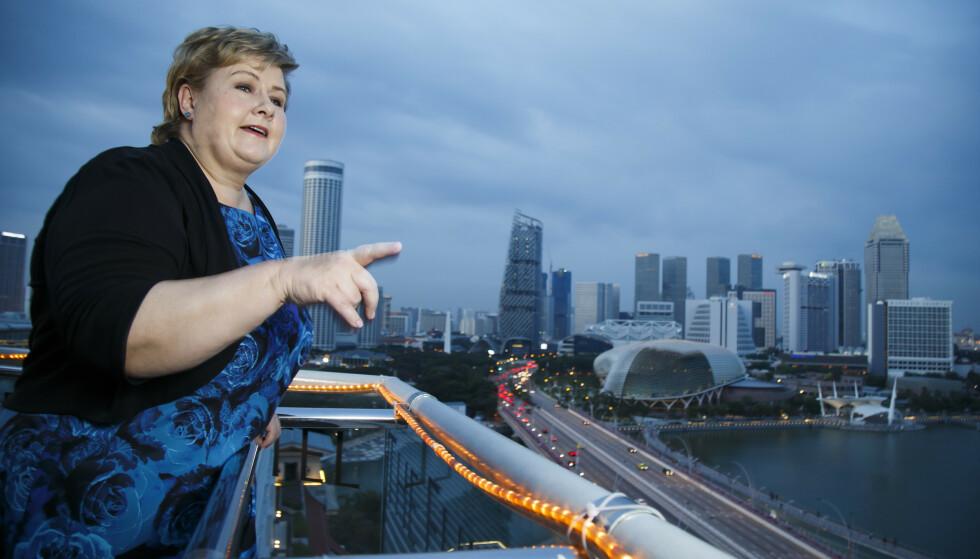 <strong>PÅ TUR:</strong> Statsminister Erna Solberg (H) promoterer norsk næringsliv i utlandet - her i Singapore under en rundreise i Asia i 2016. Men samlet sliter Norge med å heve seg i konkurransen. Foto: Heiko Junge, NTB