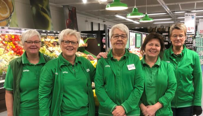OPPTUR: Butikksjef Elisabeth Christiansson (nummer to fra venstre) og kollegene ved Coop i Charlottenberg sentrum opplever en voldsom opptur, uten nordmenn på besøk. Foto: Privat