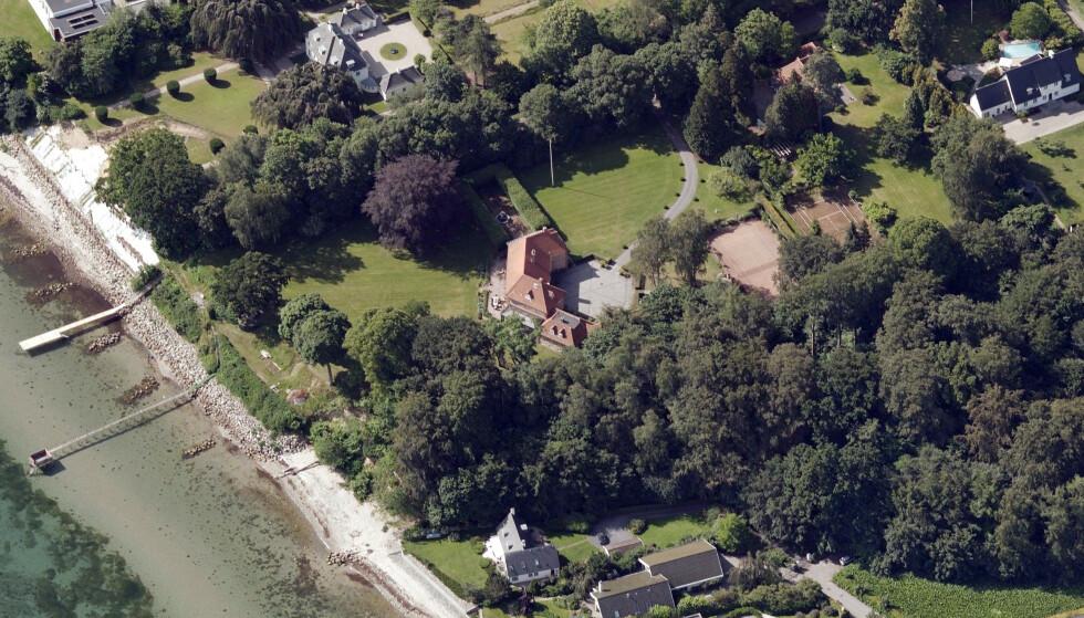 PRAKTTOMT: Denne eiendommen ble nylig solgt for en svimlende sum. Villaen ligger i det fasjonable området som strekker seg fra København og nordover langs Øresund, der flere av Danmarks fornemste og dyreste eiendommer ligger. Foto: Kortforsyningen / SDFE Skråfoto