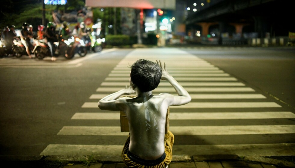 <strong>TIGGING:</strong> Det er de aller fattigste som er hardest rammet av coronapandemien. Her tigger en liten gutt etter penger på gata i Jakarta i Indonesia. Foto: INA Photo Agency / Shutterstock / NTB
