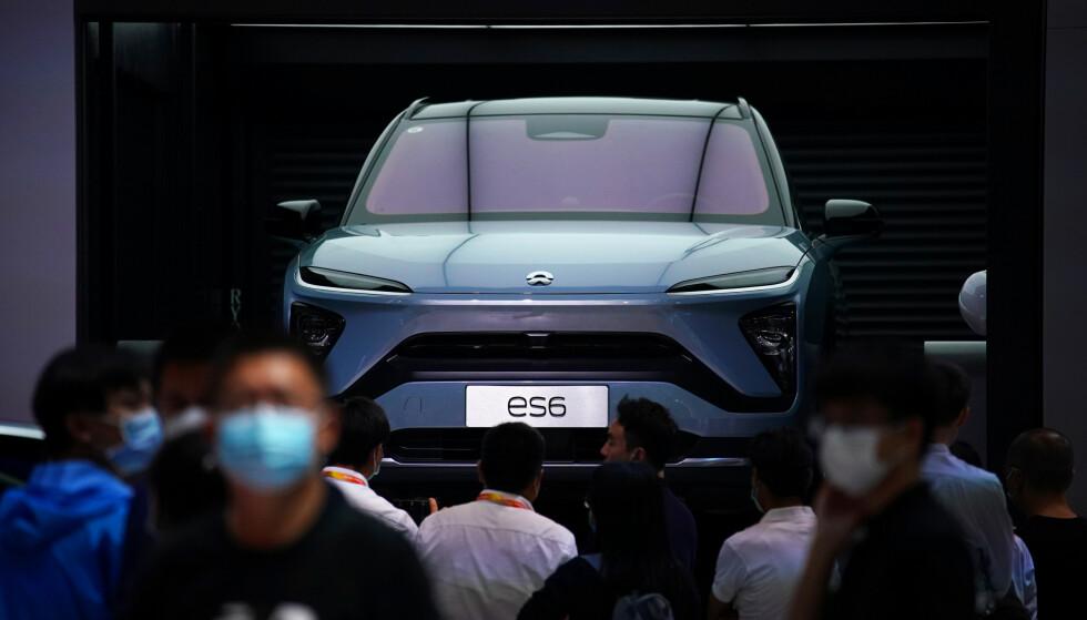 VIND I SEILENE: Den kinesiske elbil-produsenten Nio er tilsynelatende inne i en god flyt. Her vises modellen ES6 fram på en bilutstilling i Beijing i september. Foto: Drew Angerer / Getty / NTB