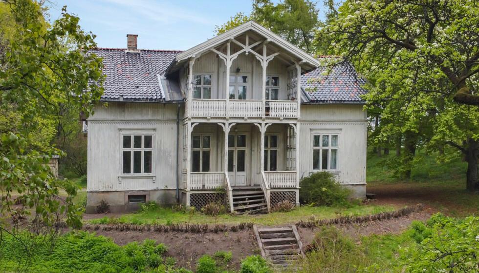SETT BEDRE DAGER: «Villa Fjeldet» ble oppført omkring 1885 av fabrikkeier Hans Christian Gregersen. Nå blir eiendommen forsøkt solgt for 40 millioner kroner. Foto: Andreas Eriksson / Diakrit