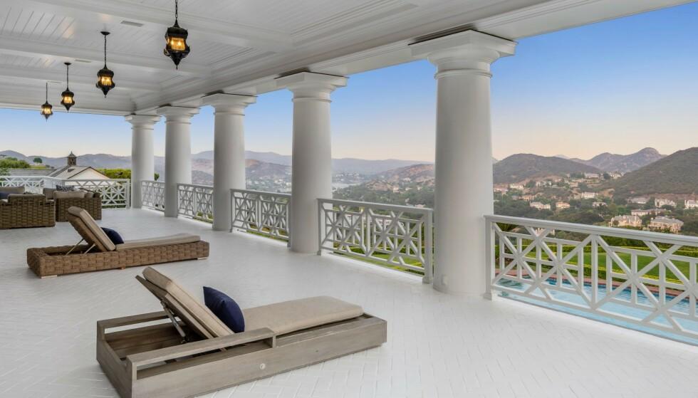 VERANDA: Her har familien utsikt over toppene i nærheten. Foto: Jeremy Blair / The Luxury Level