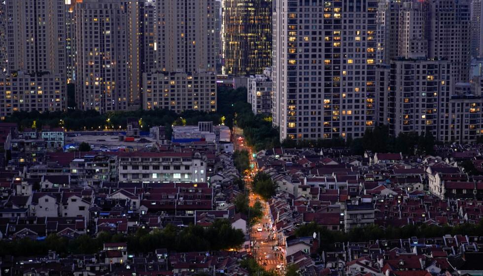 RYSTENDE RAPPORT: Bildet viser mørke vinduer i et boligområde i Shanghai tidligere i oktober. Millioner av mennesker over hele verden har mistet sitt levebrød som følge av coronakrisa. Nå kommer WEF med rystende tall. Foto: Aly Song / Reuters / NTB