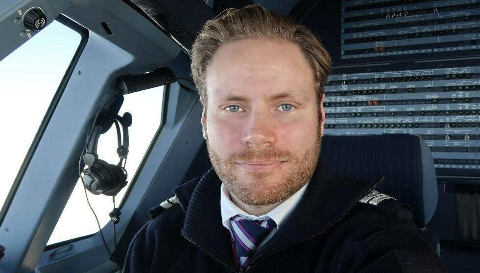 WIZZ AIR-FLYGER: Christoffer Vika har jobbet for Wizz Air siden i fjor, og ønsker å nyansere debatten om selskapet han jobber i. Foto: Privat