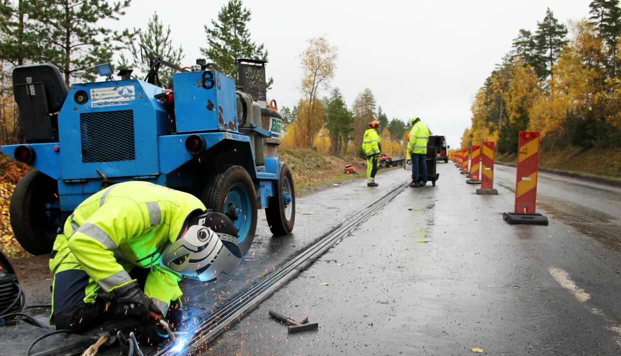 GOTLAND: Kobberspoler og gummimatter ble lagt ned i veibanen på Gotland, hvor verdens første elektriske veistrekke med induktiv lading testes. Foto: Electreon