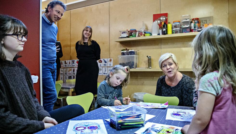 BEKYMRET: Frp-leder Siv Jensen på besøk hos Den blå appelsin-barnehagen på Lambertseter i Oslo. Hun advarer på det sterkeste mot kuttet for private barnehager i regjeringens forslag til statsbudsjett. Foto: Nina Hansen / Dagbladet