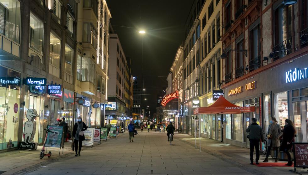 TOMT: I Oslo har utestedene stengt, etter at byrådet innførte skjenkestopp fra midnatt mandag. Foto: Fredrik Hagen / NTB