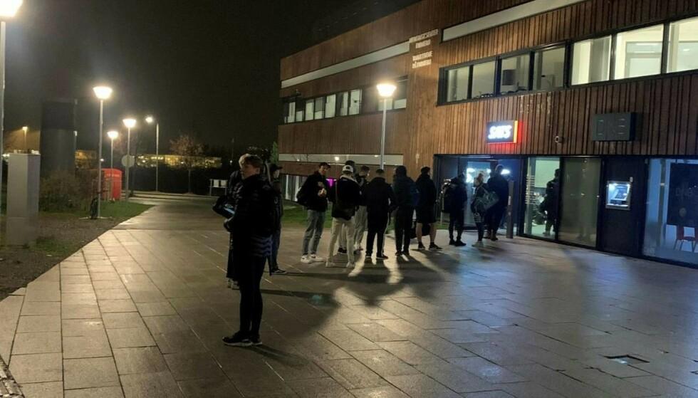 STENGER: Kø utenfor treningssenter i Bærum tirsdag kveld. Foto: Petter Ingedahl