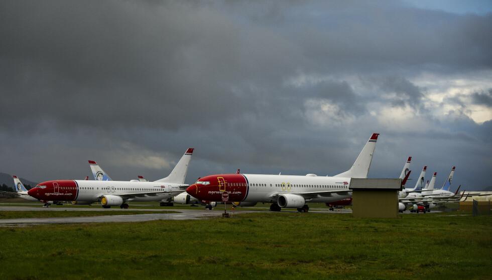 PÅ BAKKEN: Norwegian-fly står parkert på rekke og rad på Stavanger lufthavn. Bildet er tatt i slutten av oktober. Foto: Carina Johansen / NTB