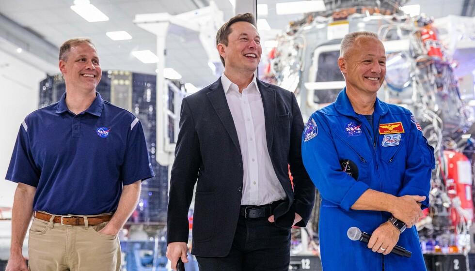 GIR SEG: Nasa-sjef Jim Bridenstine (til venstre), her avbildet med SpaceX-grunnlegger Elon Musk og astronauten Doug Hurley, har ingen planer om å fortsette i jobben med Joe Biden som USAs president. Foto: Philip Pacheco / AFP