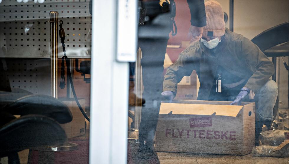 OMFATTENDE SAK: Personene som er pågrepet er en del av et større nettverk, ifølge Dagbladets opplysninger. Her pakker Økokrim ned beslag. Foto: Bjørn Langsem / Dagbladet