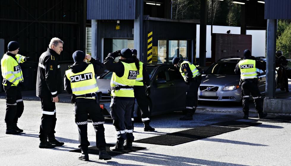 SLÅR ALARM: Bildet viser grensekontrollen på norsk side av Svinesundgrensa i mars i år. For hver dag som går blir den økonomiske krisa på den svenske siden av grensa dypere, og nå slår Riksdags-politiker Ann-Sofie Alm full alarm. Foto: John T. Pedersen / Dagbladet