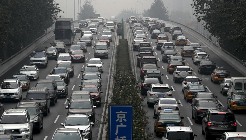 ELBILER: Stadig flere av bilene på kinesiske veier, som her i Beijing, er elektriske. Foto: AP Photo / Andy Wong / NTB scanpix